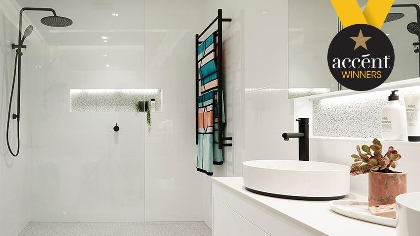 Courtney & Hans: Main Bathroom